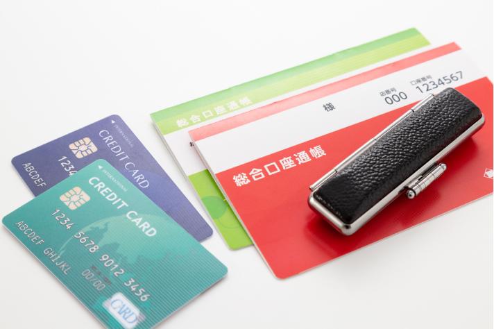 支払い方法をイメージするクレジットカードと口座の画像