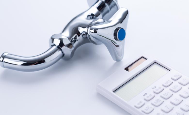 水道代の節約をイメージする蛇口と電卓