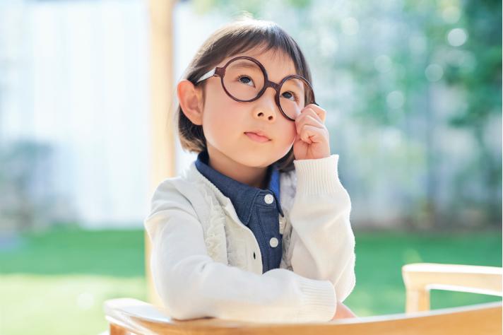 考えている子供の画像